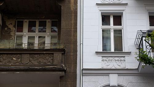 Unterschiedliche Bauzustände zweier Häuser