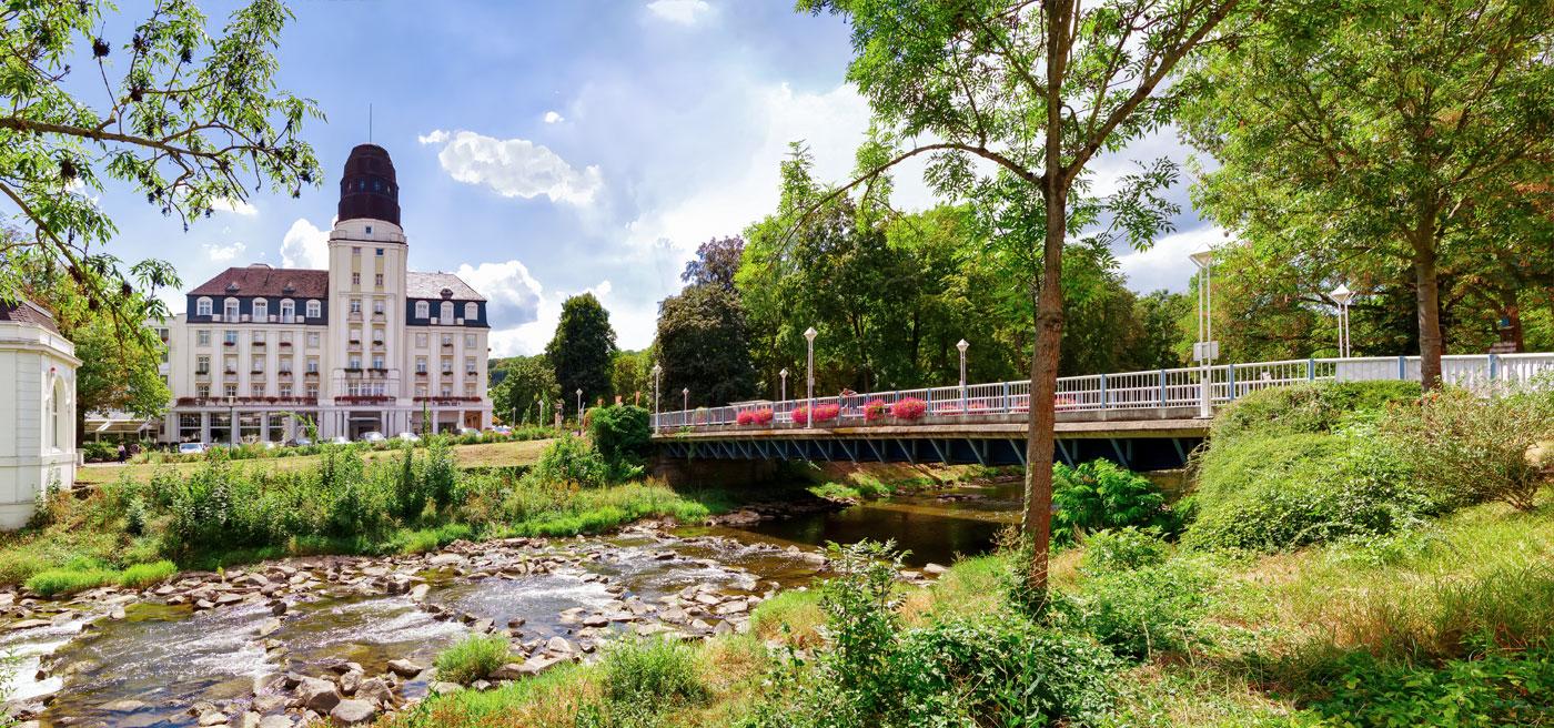 Kurbrücke und Hotel Steigenberger in Bad Neuenahr